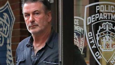 Alec Baldwin postrzelił dwie osoby. Wiemy, kto podał mu broń. Ujawniono informacje z akt. Krzyknął: Zabezpieczona!