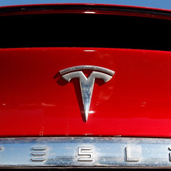 Za trzy, cztery lata Tesla może zacząć seryjną produkcję akumulatorów o gęstości energii zwiększonej o połowę - zapowiedział szef Tesli Elon Musk. To pozwoliłoby znacznie zwiększyć zasięg aut na prąd.