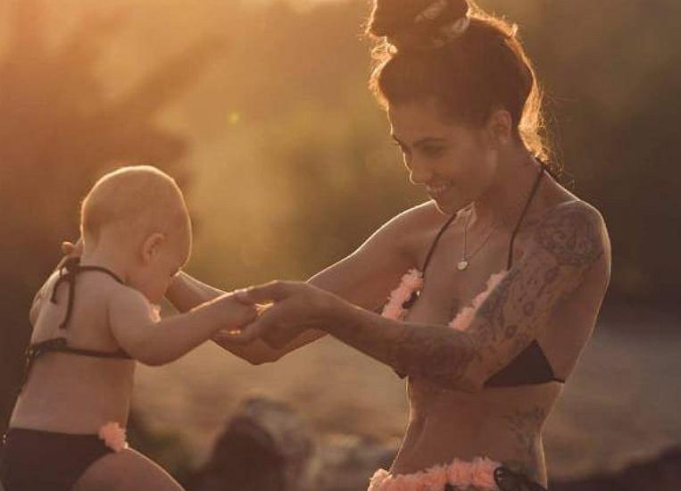 Maja Hyży pozuje z córką ubraną w mini kostium kąpielowy. Fanka: 'Bikini dla maluszka, serio?'