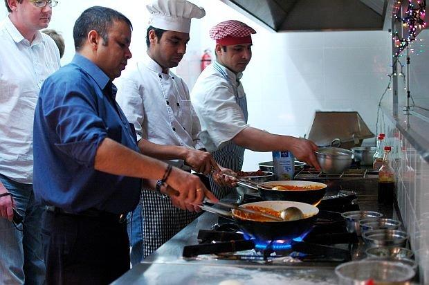 Tapinder Sharma pokazuje, jak przygotować murgh makhanawala