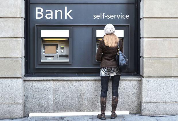 """Stanieją przelewy, płatności i wypłaty z bankomatów w euro. KE wzięła się za """"naciągaczy"""". Co i kiedy się zmieni?"""