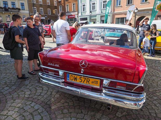 Zdjęcie numer 4 w galerii - Międzynarodowy rajd zabytkowych pojazdów na Rynku w Wałbrzychu. Było co podziwiać [ZDJĘCIA]