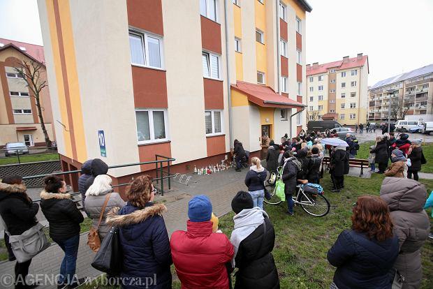 Morderstwo w Pyrzycach. Ludzie ze zniczami pod domem, w którym doszło do tragedii