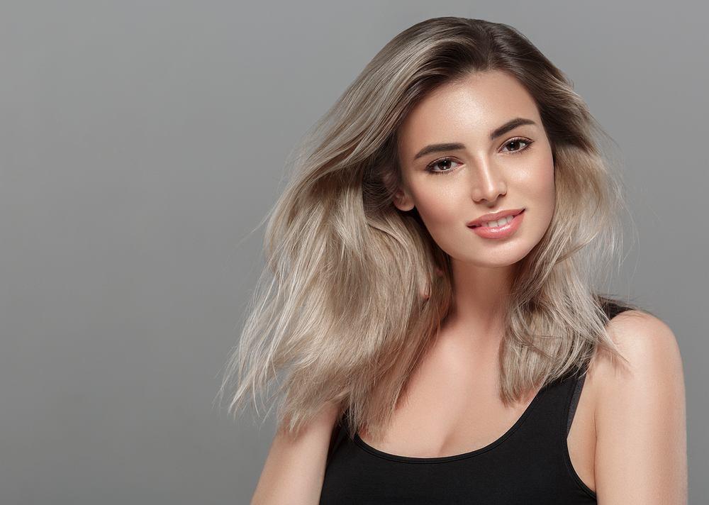 Mushroom blonde to najbardziej modny kolor włosów. Jak wygląda i jak go osiągnąć?