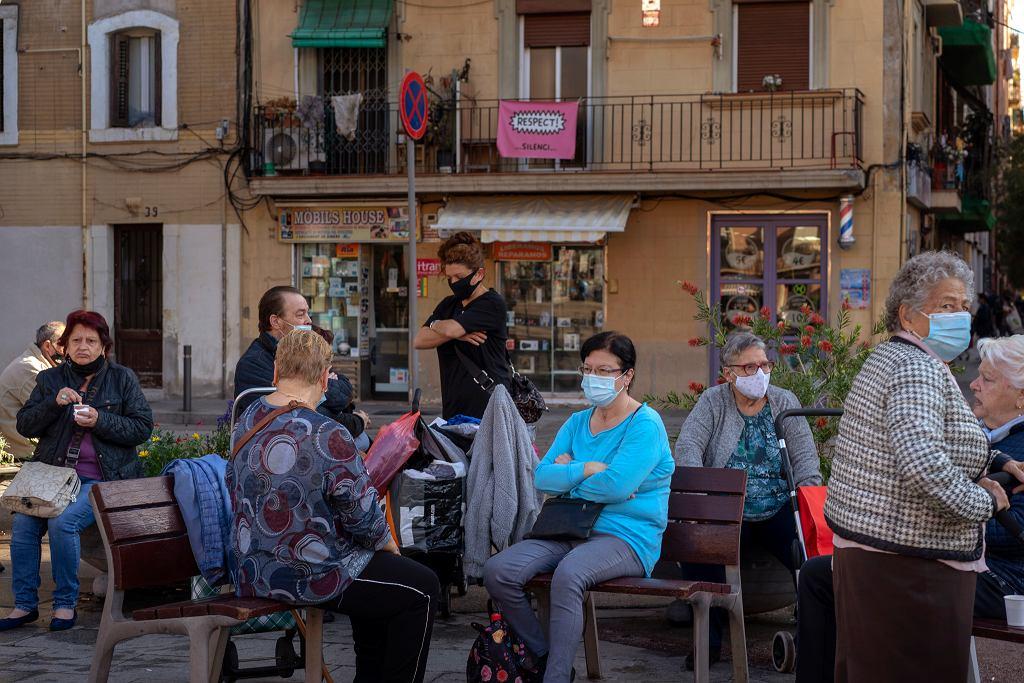 Rząd najprawdopodobniej szykuje ponowne wprowadzenie w całym kraju stanu alarmu epidemicznego oraz godziny policyjnej. Na zdjęciu: mieszkańcy Barcelony na jednym z placyków, 23 października 2020.
