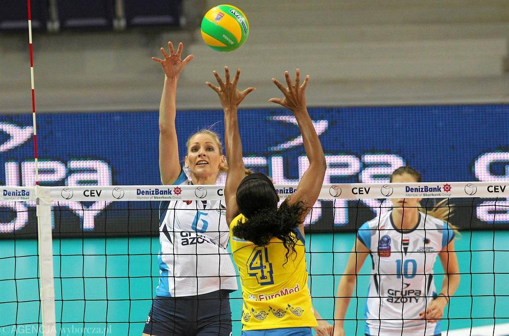 Agnieszka Bednarek-Kasza (biała koszulka) z Chemika podczas grupowego meczu Ligi Mistrzyń z Rabitą Baku (3:0)
