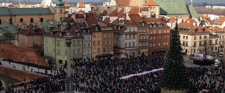 Warszawiacy żegnają Pawła Adamowicza. Na placu Zamkowym zebrał się tłum mieszkańców