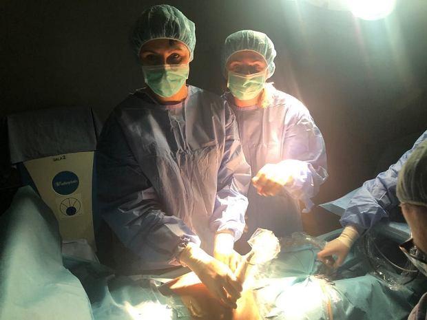 Te bliźniaki przeżyły poważny zabieg, chociaż jeszcze się nie urodziły - pierwsza fetoskopia w Szpitalu Bielańskim