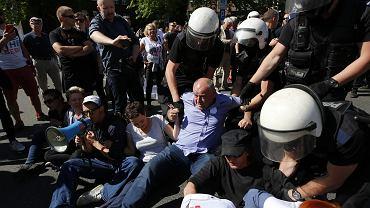 Prezydent Katowic nakazał swoim służbom rozwiązać w niedzielę marsz narodowców, który wcześniej próbowali zablokować uczestnicy antyfaszystowskiej manifestacji. Doszło do przepychanek z policją.