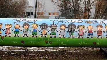 Mural dzieci zamalowany przez rasistów . Skrzyżowanie Księcia Ziemowita i Rozwadowskiego. Zdjęcie z 2016 roku