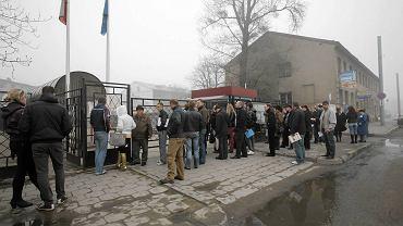 Kolejka pod polskim konsulatem w Grodnie
