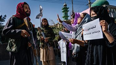 Afganistan, Kabul, 8 września, talibowie próbują zatrzymać marsz protestacyjny kobiet broniących swoich praw.
