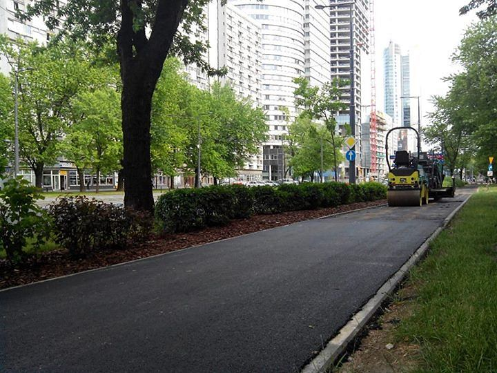 Świeżo wylewany asfalt na nowej ścieżce rowerowej wzdłuż al. Jana Pawła II