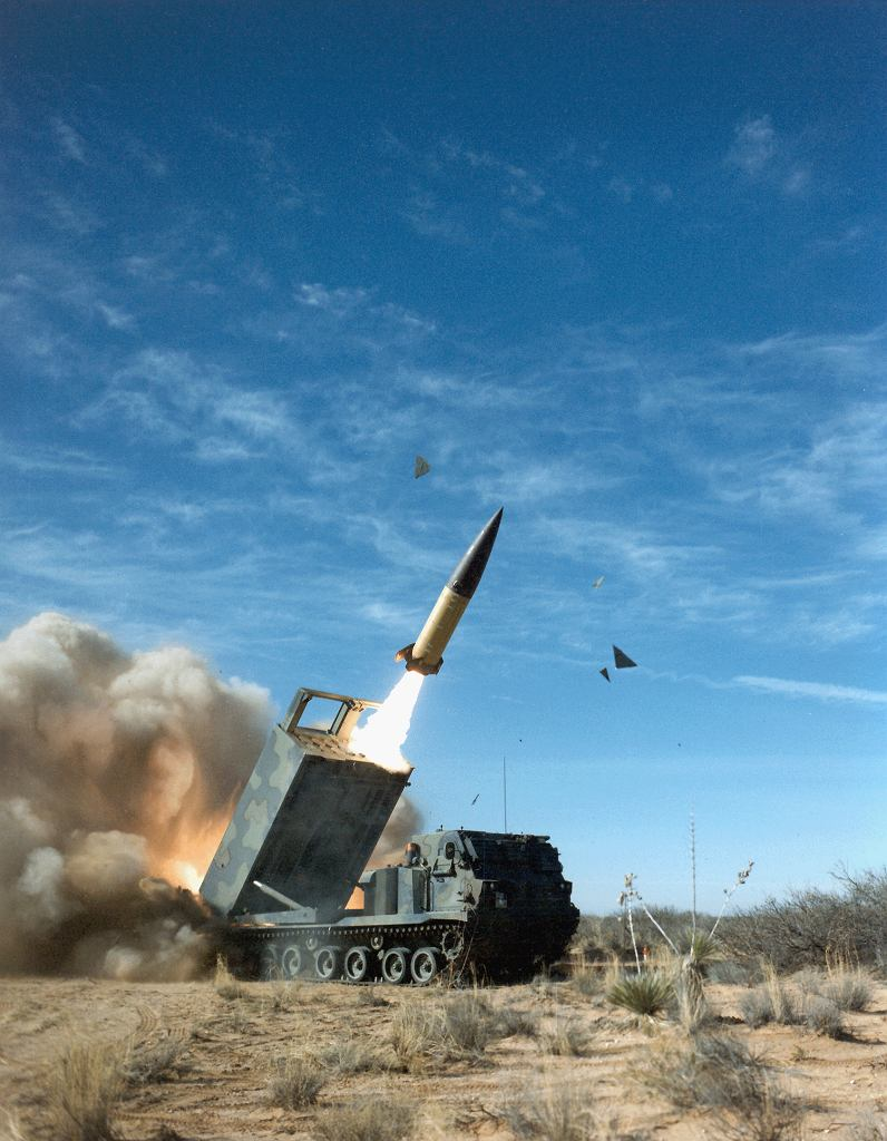 Odpalenie rakiety ATACMS z wyrzutni gąsienicowej M270. Będzie to pocisk o największym zasięgu w historii polskich wojsk lądowych