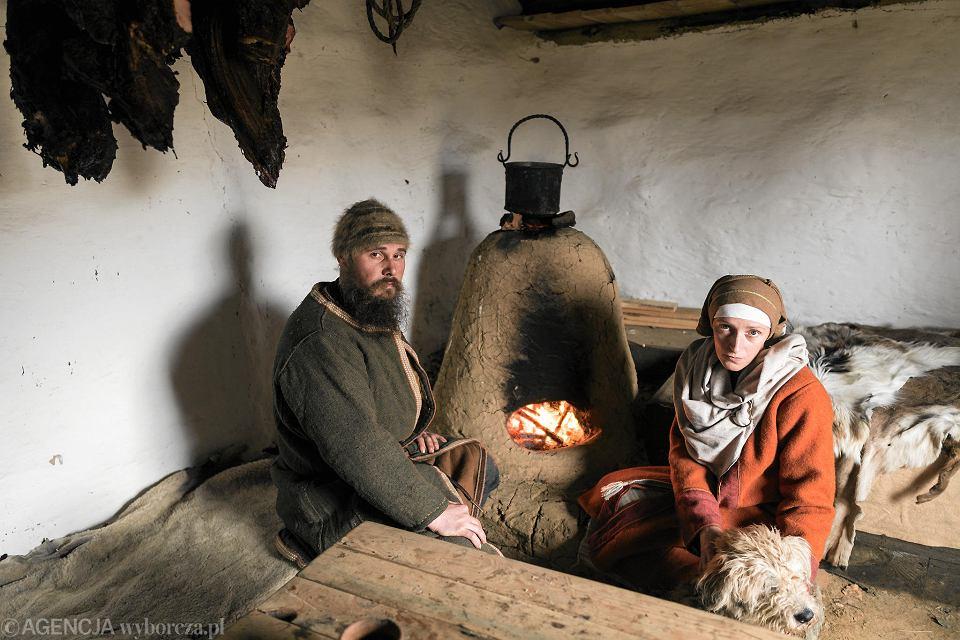Katarzyna 'Katla' Czylok i Sylwester 'Dziadosz' porzucili miasto i wybudowali średniowieczną osadę.