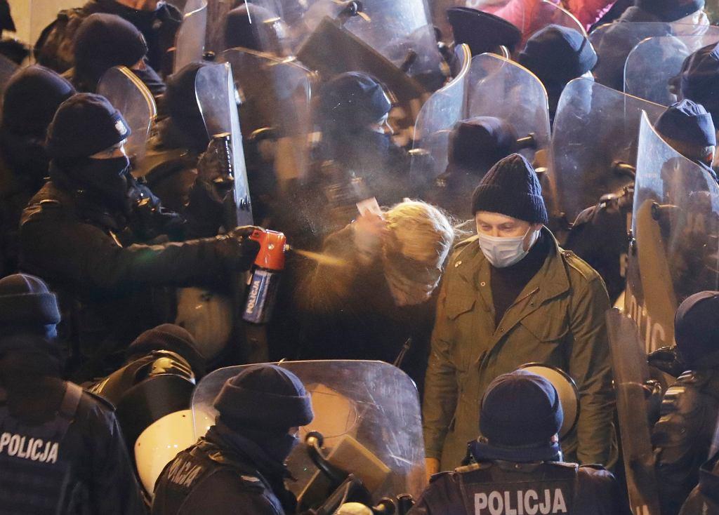 Policja użyła gazu przeciwko posłance Barbarze Nowackiej