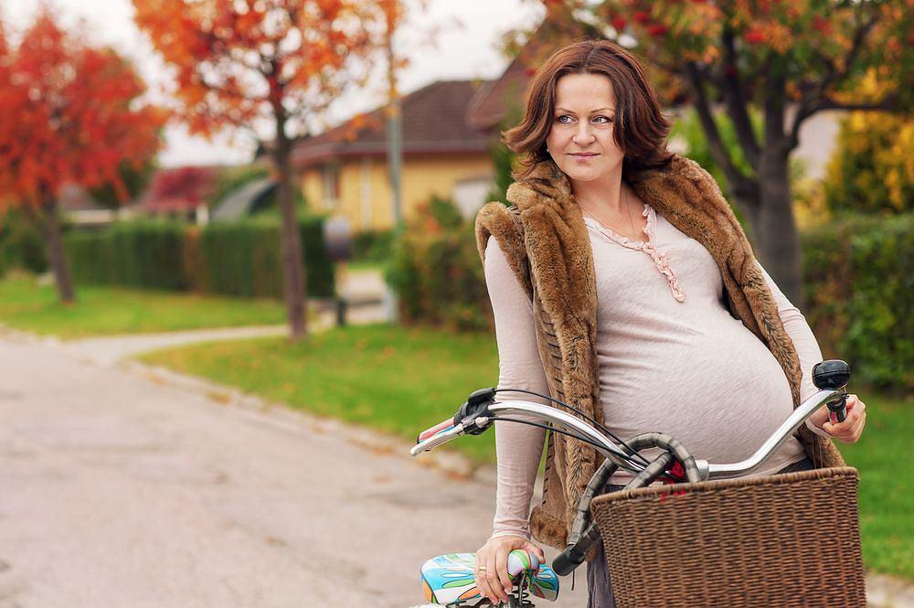 Opinie, co do bezpieczeństwa jazdy na rowerze w ciąży, zwłaszcza zaawansowanej, są mocno podzielone