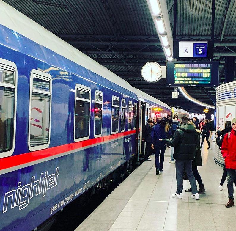 Pociąg NightJet na dworcu w Brukseli