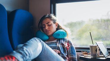 Nawet tak prostego przedmiotu jak poduszka podróżna można używać źle