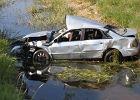 Wypadek w Kosiłach. Auto dachowało i wpadło do kanału. Zginęły dwie osoby
