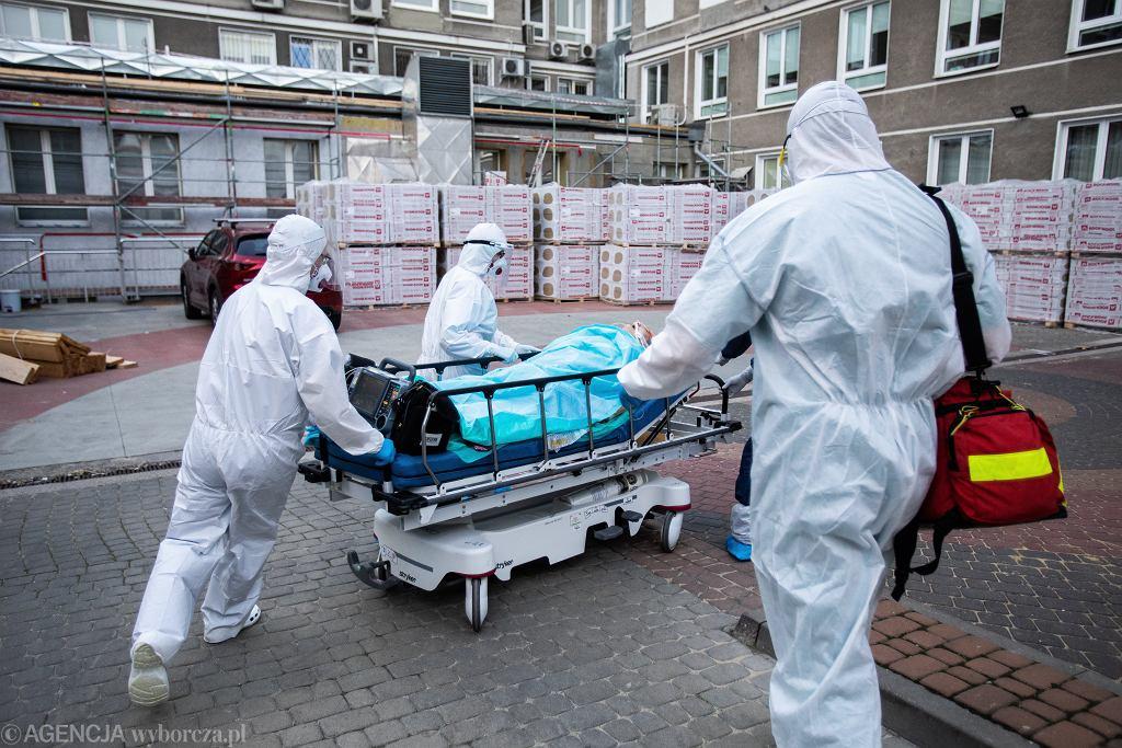 Pracownicy medyczni w czasie epidemii koronawirusa.