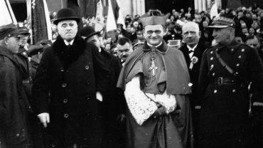 Częstochowa, 1931 r. Jubileusz 25 - lecia kapłaństwa bpa częstochowskiego ks. Teodora Kubiny (w środku) . Widoczny także m.in. generał 7 Dywizji Piechoty gen. brygady Mieczysław Dąbkowski (1. z prawej).
