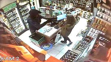 Napad na Mokotowie. Zamaskowany mężczyzna wyciągnął broń w sklepie monopolowym [WIDEO]