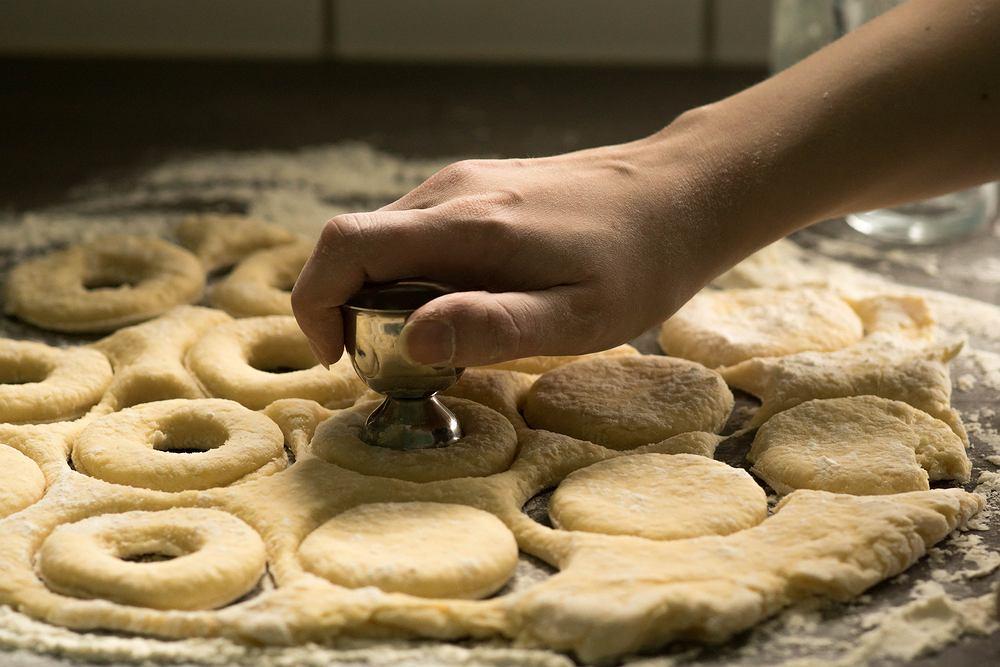 Domowe oponki serowe można usmażyć na głębokim oleju lub upiec w piekarniku