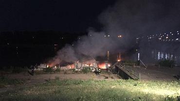 Pożar barki przy Moście Łazienkowskim