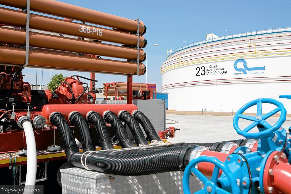 Zbiorniki na ropę naftową w Adamowie, należące do PERN