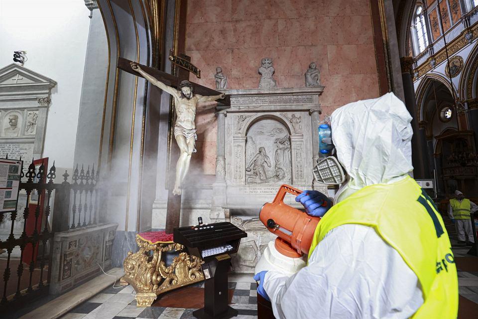 6.03.2020, dezynfekcja  bazyliki Zwiastowania Pańskiego w Neapolu