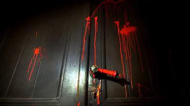 Oblane farbą drzwi do kościoła św. Augustyna przy Nowolipki 18
