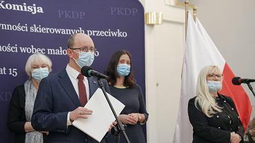 25.02.2021, Warszawa, konferencja prasowa Państwowej Komisji ds. Pedofilii. Przy mikrofonie przewodniczący Błażej Kmieciak.