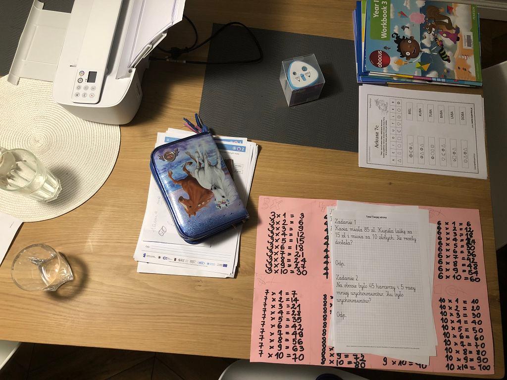 Codziennie trzeba przygotować dzieciom materiały do nauki wysłane codziennie przez nauczycieli