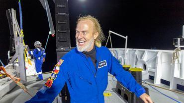 Victor Vescovo - teksaski inwestor i emerytowany oficer marynarki wojennej USA, który zszedł do Głębi Challangera, najgłębszego miejsca Rowu Mariańskiego na Pacyfiku. Opuścił się tam w prywatnie sfinansowanym batyskafie DSV 'Limiting Factor'.