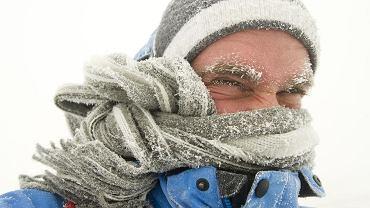 Najbardziej znany biegun zimna na świecie to osada Ojmiakon w Jakucji. Miejscowi noszą futra i buty ze skóry renifera, a czapki ze skóry lisów polarnych, pod tym - kilka swetrów i ciepłą bieliznę. Bez tego przy minus 50 st. C człowiek zamarza nawet w godzinę. Zwykłe ubrania nie dają rady.