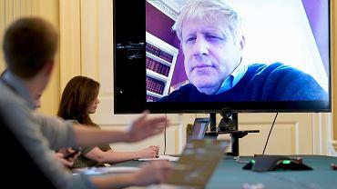 Premier Wielkiej Brytanii Boris Johnson zdalnie przewodniczy porannemu spotkaniu na Downing Street, 28.03.2020