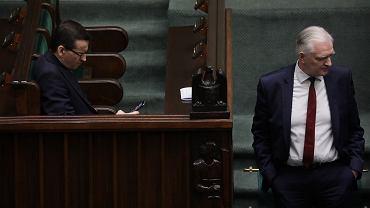Premier rządu PiS Mateusz Morawiecki i minister szkolnictwa wyższego Jarosław Gowin na sali plenarnej. Posłowie głosują m.in. nad 'wyborami kopertowymi'. Warszawa, 6 kwietnia 2020