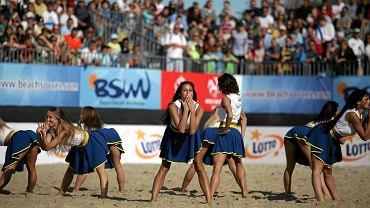Świetnie zorganizowany turniej Europejskiej Ligi Beach Soccera na plaży w Sopocie oprócz niezwykle emocjonujących meczów piłkarskich, zachwycał także pięknymi kobietami. Mowa o cheerleaderkach LOTTO Girls, które w przerwach między tercjami prezentowały profesjonalne układy taneczne. Zobacz galerię zdjęć przygotowaną przez trojmiasto.sport.pl