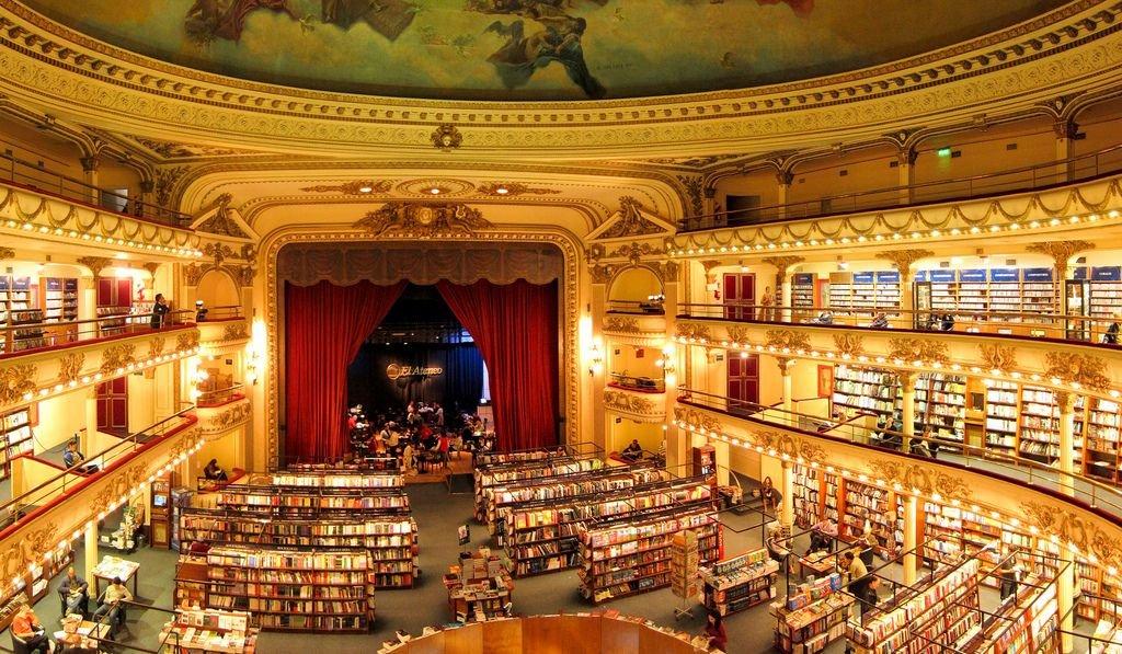 Czy w Buenos wszystko jest boskie? Na pewno nie, ale na widok księgarni El Ateneo Grand Splendid spadły nam klapki. To argentyńska ikona, jedna z największych atrakcji turystycznych Buenos Aires. Druga najpiękniejsza księgarnia świata według niezależnych rankingów BBC Culture i The Guardian. A do tego miejsce, gdzie spełniają się marzenia nie tylko książkofila, ale też kino- i teatromaniaka - w tym samym czasie. Wyobraźcie sobie ogromny, czterokondygnacyjny teatr - ze sceną, światłami, pluszowymi czerwonymi zasłonami, ruchomymi schodami i stropem ozdobionym freskami - szczelnie wypełniony regałami z książkami. To właśnie El Ateneo Grand Splendid.
