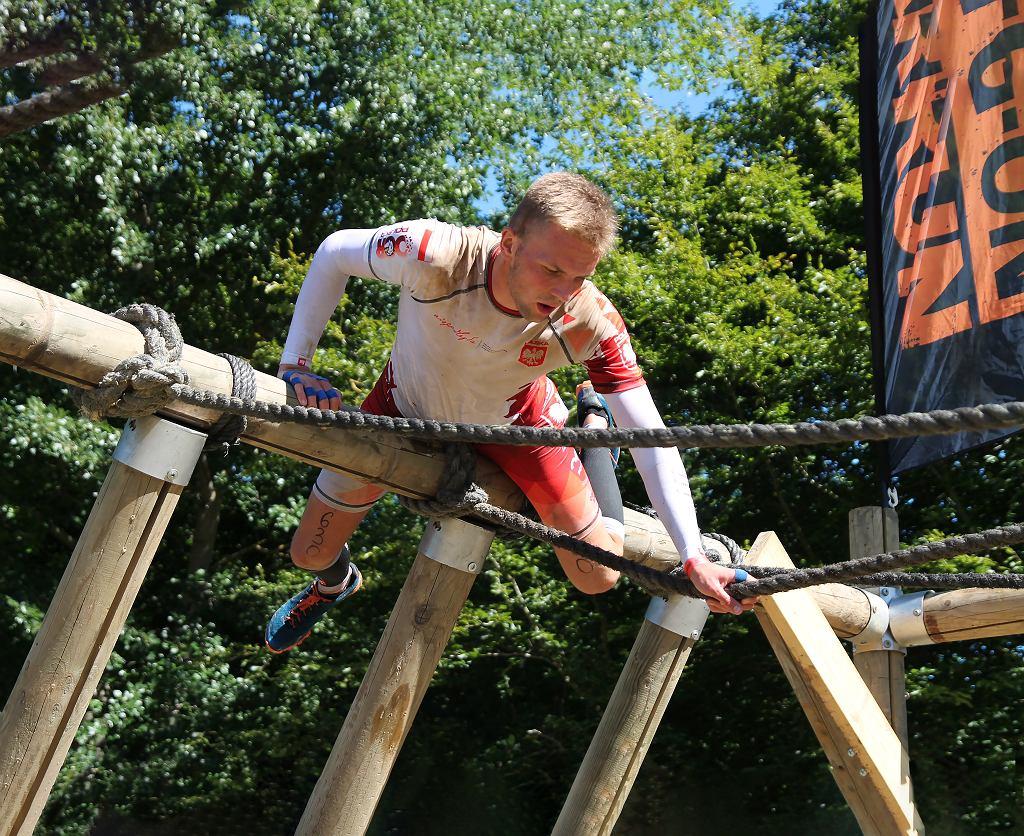 Kacper Kąkol podczas biegu z przeszkodami