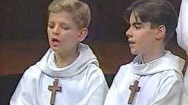 2 chłopców śpiewa w kościele