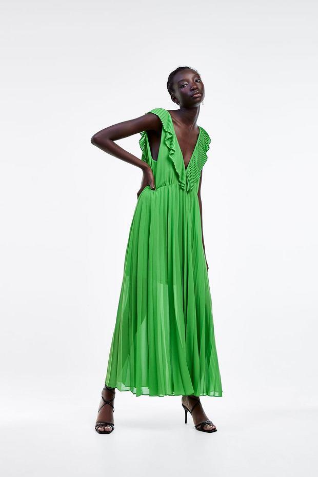 Zielona sukienka w trawiastym odcieniu zieleni