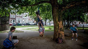 Na skwerku przy ulicy Szerokiej ktoś powiesił ostatnio dwie huśtawki. To niesamowite obserwować, jak dzięki kilku linom i deskom najprostszemu pod słońcem pomysłowi, zmienia się ten fragment Gdańska.