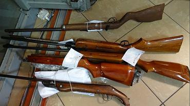 Od ponad 20 lat znęcał się nad rodziną, a w szafie przechowywał broń i amunicję