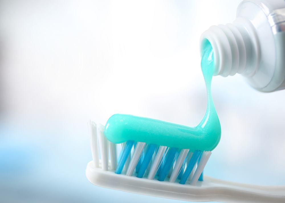 Zazwyczaj skłaniamy się ku pastom, które można określić jako rozwiązania przeznaczone do zadań specjalnych - wolnym od fluoru, wybielającym, chroniącym zęby nadwrażliwe oraz stworzonym z myślą o dzieciach.