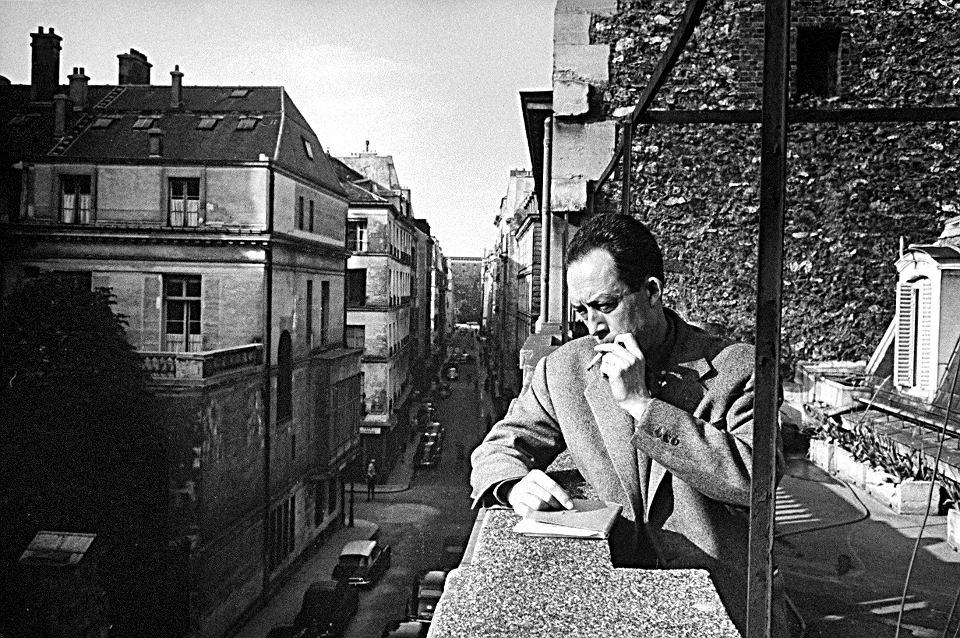 Camus na balkonie swojego wydawnictwa