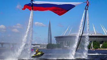 Pokazy z okazji Dnia Rosji ( w tle siedziba Gazpromu). St. Petersburg, 12 czerwca 2020