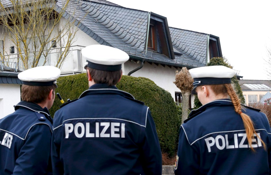 Policja przed domem, który najprawdopodobniej należał do Andreasa Lubitza