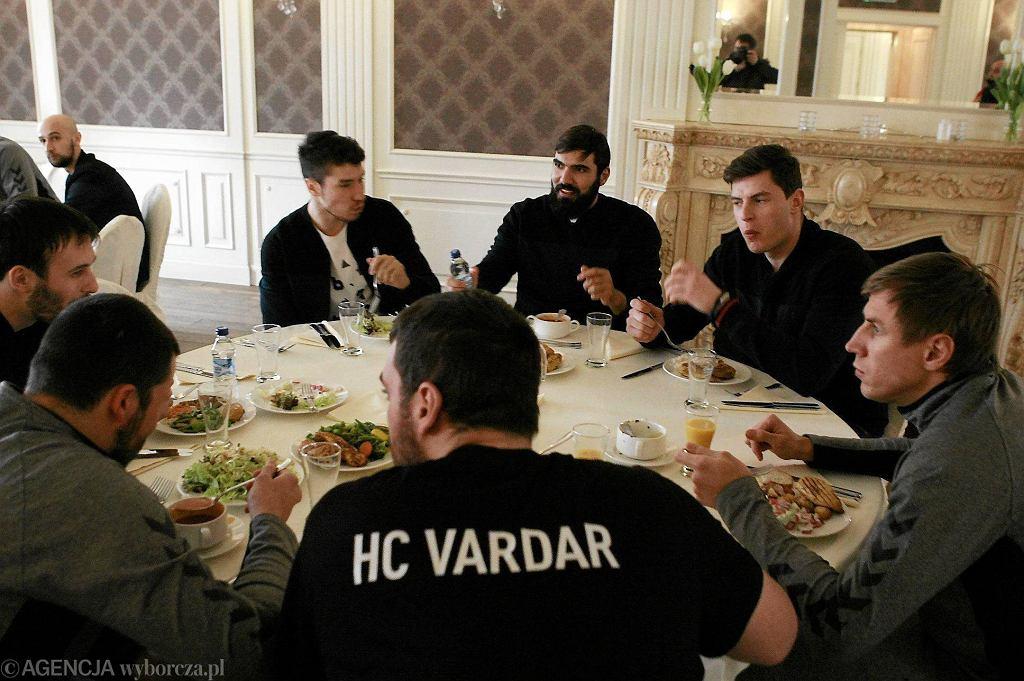 Zawodnicy Vardaru Skopje w hotelu Herman